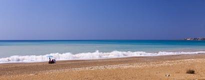蓝天和绿浪在塞浦路斯靠岸 免版税库存图片