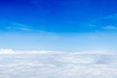 蓝天和从飞机窗口,自然backgrou的云顶视图 免版税库存图片