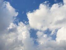 蓝天和clou的美好的本质 与太阳发光的ds 免版税库存照片