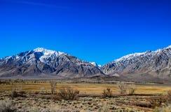 蓝天在冬天在山脉 库存照片