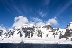蓝天在南极洲 库存图片