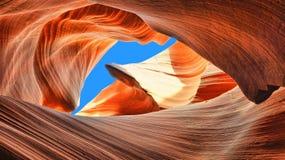 蓝天在羚羊峡谷 免版税图库摄影