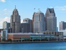 蓝天底特律都市风景 横跨从加拿大银行的底特律河被观看的底特律市街市河边区地平线在晴朗的夏天 图库摄影