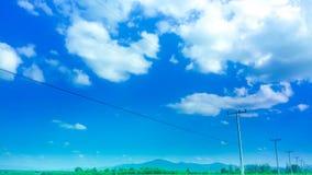 蓝天微小的云彩 免版税库存照片