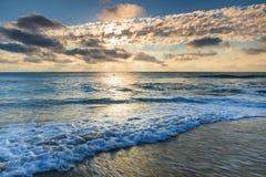 蓝天早晨覆盖海浪外面银行NC 库存照片
