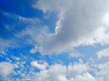 蓝天有云彩背景 阴暗纹理 选择聚焦 复制空间 嘲笑 免版税图库摄影