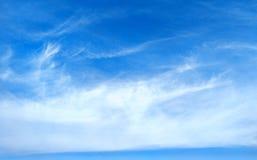 蓝天有云彩背景 阴暗纹理 选择聚焦 复制空间 嘲笑 库存照片
