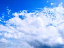蓝天有云彩背景 阴暗纹理 选择聚焦 复制空间 嘲笑 图库摄影