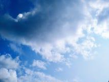 蓝天有云彩背景 阴暗纹理 选择聚焦 复制空间 嘲笑 免版税库存照片