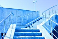 蓝天楼梯 库存图片