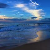 蓝天海滩日出 免版税库存照片