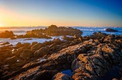 蓝天海洋岩石 库存图片