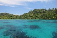 蓝天海洋盐水湖海岛 免版税库存照片