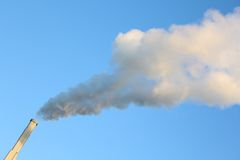 蓝天烟烟窗 免版税图库摄影