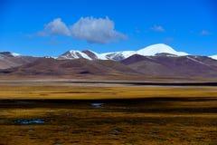 蓝天白色云彩西藏雪山 图库摄影