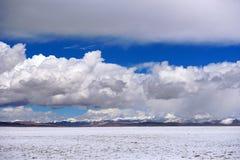 蓝天白色云彩西藏雪山 免版税库存图片