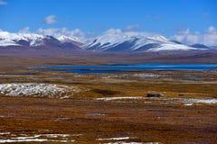 蓝天白色云彩西藏雪山 库存图片