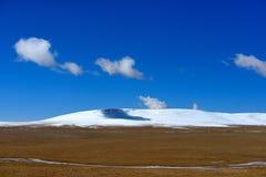 蓝天白色云彩西藏雪山 库存照片