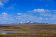 蓝天白色云彩西藏雪山 免版税图库摄影