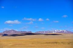 蓝天白色云彩西藏雪山 免版税库存照片