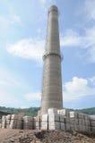 蓝天的一个新的烟囱在一座炼焦厂中 免版税图库摄影