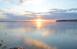 蓝天的反射与白色云彩的在水,抽象背景中 免版税库存图片