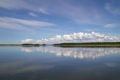 蓝天的反射与白色云彩的在水中 库存照片