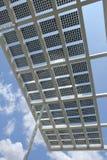 蓝天的太阳电源的面板 免版税库存照片