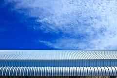 蓝天的屋顶铝工厂 免版税库存照片