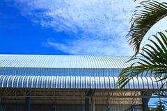 蓝天的屋顶铝工厂 库存图片