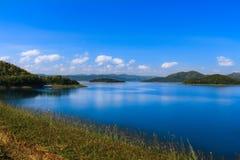 蓝天的山湖 免版税图库摄影
