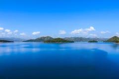 蓝天的山湖 免版税库存照片