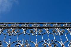 蓝天的扶手栏杆 免版税库存图片