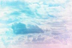 蓝天的梦想和抽象图象与白色云彩的 与水彩刷子冲程纹理的两次曝光作用 免版税库存图片