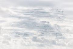 蓝天的梦想和抽象图象与白色云彩的 与水彩刷子冲程纹理的两次曝光作用 库存照片