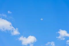 蓝天的纹理与白色蓬松云彩的 在天空的上流飞行直升机,寄生虫, quadrocopter 对现代 免版税库存照片