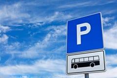 蓝天的蓝色公共汽车停车符号 免版税库存图片