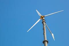 蓝天的风轮机 库存图片