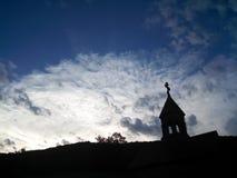 蓝天的黑暗的教会 免版税库存图片