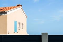 蓝天背景侧视图的黄色房子 库存照片