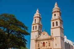 蓝天背景的大教堂  旧金山de坎比其,墨西哥 图库摄影