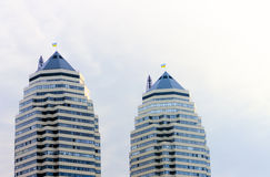 蓝天背景的家庭摩天大楼  免版税库存照片