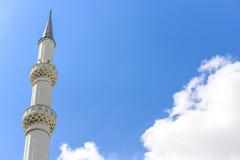蓝天背景的尖塔  关闭 免版税库存照片