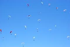 蓝天背景的滑翔机  库存照片