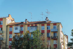 蓝天背景的现代公寓  库存图片