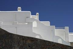 蓝天背景的白色房子  免版税库存照片