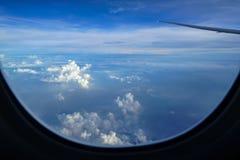 蓝天背景飞行在看在抽象白色云彩的飞机上日出光和树荫与飞机的飞过 库存照片