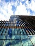 蓝天被反射现代大厦 免版税库存照片