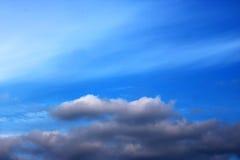 蓝天覆盖墙壁艺术背景绘画,美好的颜色,墙纸 免版税库存照片