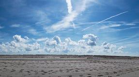 蓝天覆盖海滩 免版税库存图片